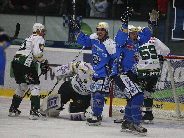 Hokejisté Plzně (v modrém) se radují z gólu proti Karlovým Varům.