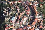 Letecký pohled na město Loket s hradem