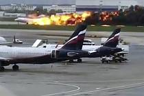 Při nouzovém přistání ruského dopravního letadla na moskevském letišti Šeremeťjevo 5. května 2019 zahynuly desítky lidí.