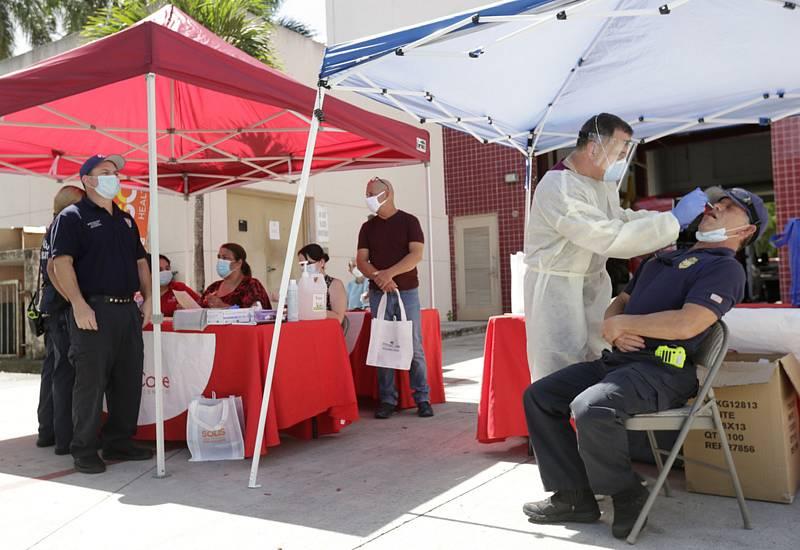 Odebírání vzorků na testy na covid-19 zaměstnancům požární  stanice v americkém městě Hialeah na Floridě