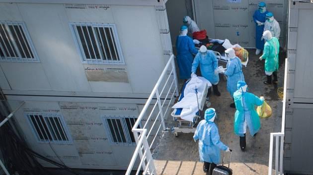 Zdravotníci ve Wu-chanu převážejí pacienta s koronavirem.