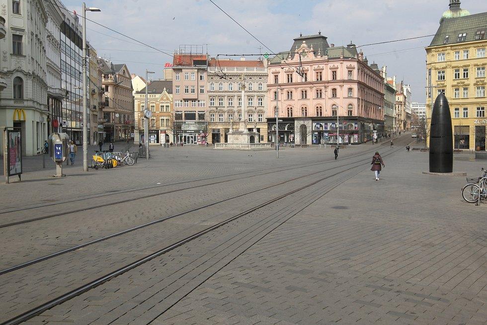 Jen minimum lidí potkáte také na jindy rušném brněnském náměstí Svobody…