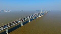 Nejdelší most přes moře spojuje Hongkong s Macaem. Měří 55 kilometrů.