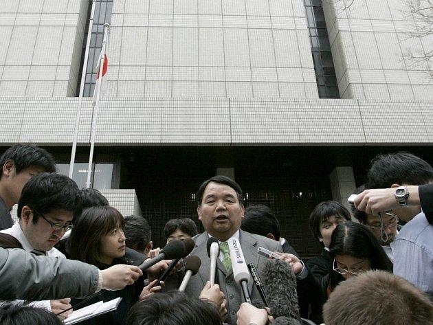 Právník Jojiho Obary Yasuo Shionoya (uprostřed) před novináři po vynesení doživotního rozsudku.