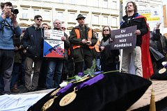 Kolem 600 lidí protestovalo 15. března na Václavském náměstí v centru Prahy proti směrnici EU, která omezuje legální držitele zbraní.