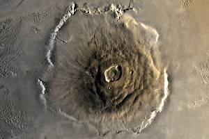 Satelitní složený snímek hory Olympus Mons na Marsu, nejvyšší známé hory ve sluneční soustavě. Jde o štítovou sopku s několikanásobnou kalderou
