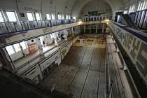 Uzavřené a zdevastované městské lázně v centru Plzně.