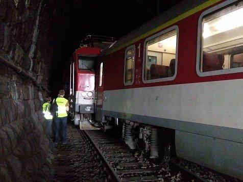 V centru Prahy mezi vršovickým a hlavním nádražím 27. května vykolejil v tunelu osobní vlak bez cestujících. Nehoda zablokovala dvě ze čtyř traťových kolejí, omezení postihlo desítky rychlíků i regionálních vlaků.