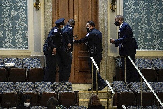Policie a ochranka zasahují proti vpádu demonstrantů do budovy Kapitolu..