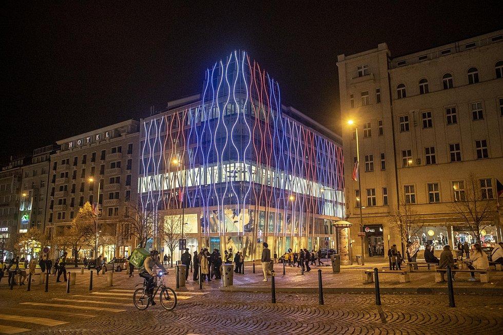 Na 31. výročí Sametová revoluce se rozsvítili budovy v národních barvách, 17. listopadu v Praze. Na snímku budoucí Primark.