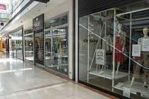 Uzavřené obchody v Atriu Flora.