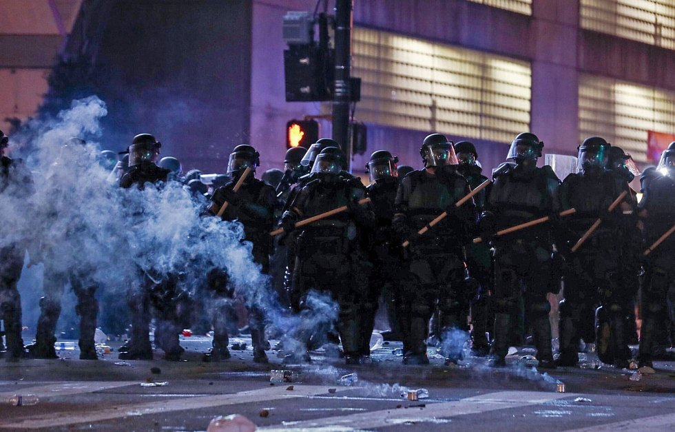 Smrt černocha George Floyda během policejního zásahu v americkém městě Minneapolis rozpoutala v USA demonstrace, které přerostly v násilí a rabování.