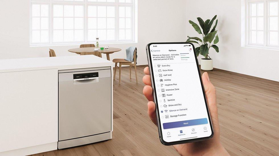 Volně stojící myčka nádobí PerfectDry Bosch. Díky technologii Home Connect myčku můžete ovládat v aplikaci na mobilu či tabletu i hlasovými povely.