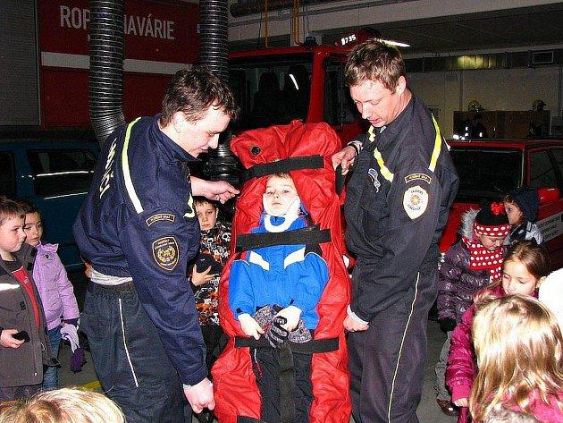 Děti z mateřinky Pošumavská v Tachově navštívily v pondělí 16. ledna 2012 hasiče a seznámily se s jejich povoláním i technikou. Tato návštěva stanice by měla být inspirací pro výtvarnou soutěž s požární tématikou.