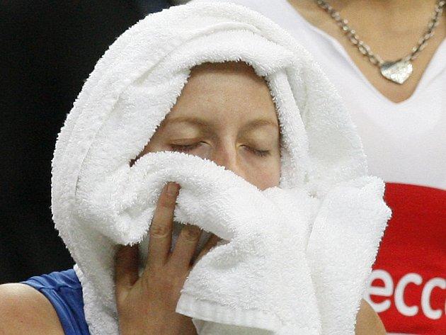Petra Kvitová se snaží pod ručníkem načerpat energii ve finále Fed Cupu proti Aně Ivanovičové.
