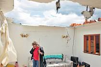 Betty Eversmeyerová z městečka Grandview, v češtině Velkolepý výhled, postává ve svém domku, jehož střechu o víkendu odřízlo tornádo. Telefonuje o tom svému manželovi.