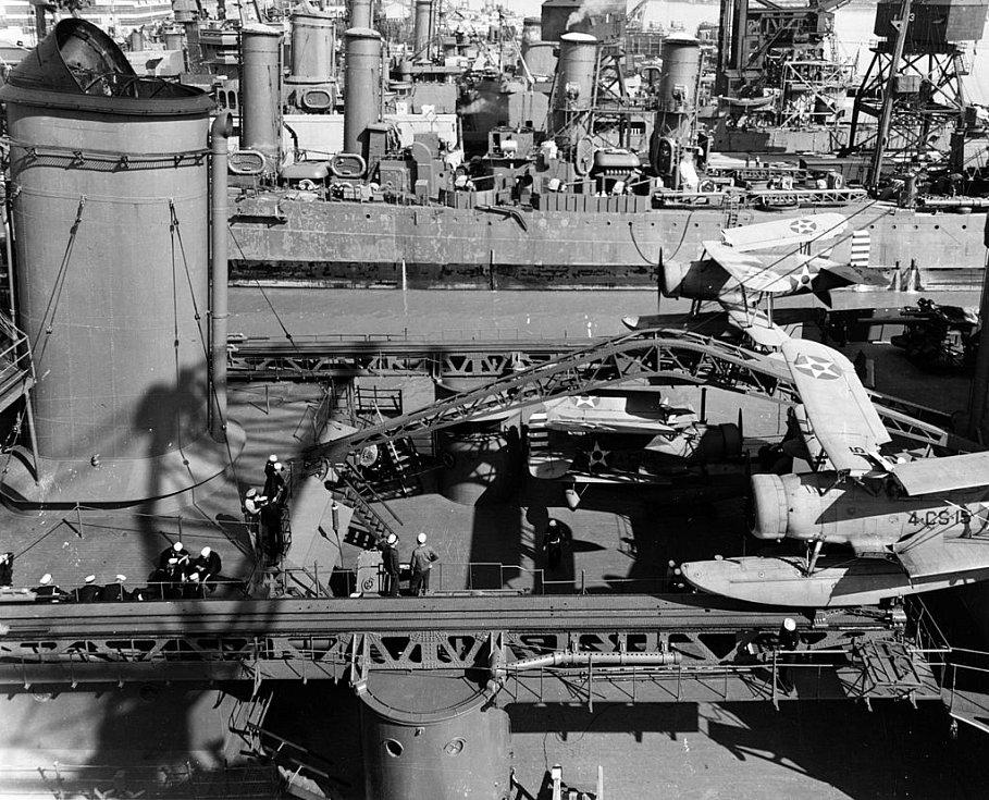 Detailní pohled na palubu Indianapolisu z 19. dubna 1942. Po generální opravě loď kotvila v přístavu na ostrově Mare. Za povšimnutí stojí přední komín i letadla na palubě