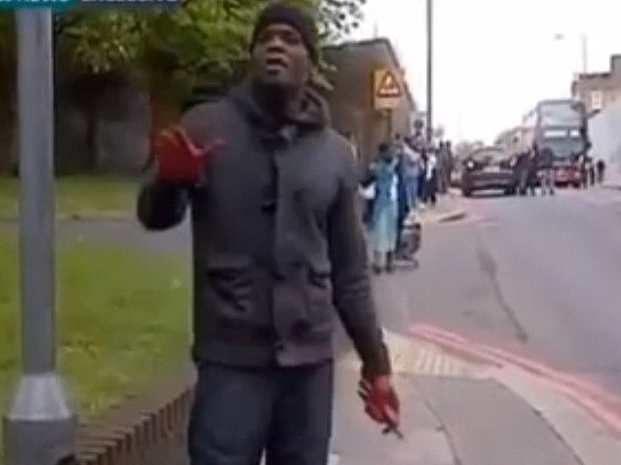 Útočníka, který na londýnské ulici zavraždil britského vojáka, zachytily kamery kolemjdoucích