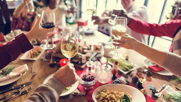 Vánoční hostiny lákají, přesto by se lidé přecpávat neměli.