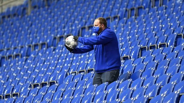 Podavač míčů na prázdném stadionu. Ilustrační snímek