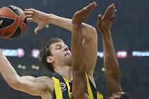 Basketbalista Fenerbahce Jan Veselý (vlevo) se snaží vystřelit na koš přes hráče Žalgirisu Brandona Daviese.