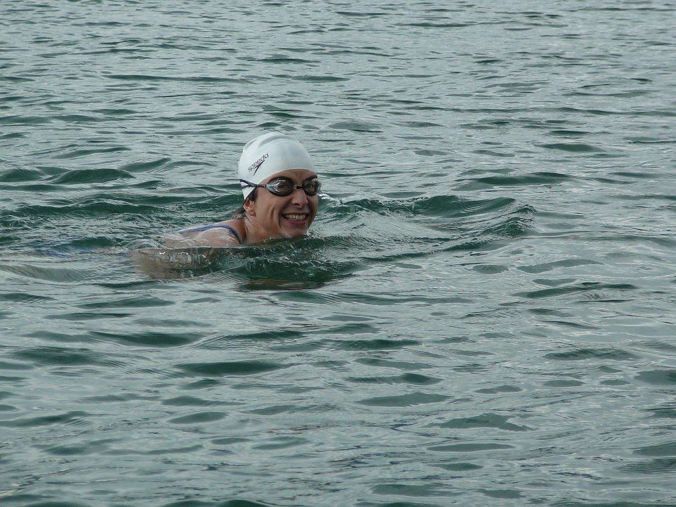 Abhejali Bernardová plave v jezeře ve švýcarském Curychu.