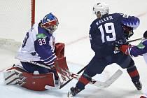 """Popis fotky: USA - Velká Británie - Americký hokejista Clayton Keller (vpravo) překonává britského brankáře Bena Bownse.<body xmlns=""""http://newsml.ctk.cz/ns/ctkxhtml.xsd""""><p>    Košice - Hokejisté Spojených států amerických porazili na mistrovství světa v"""