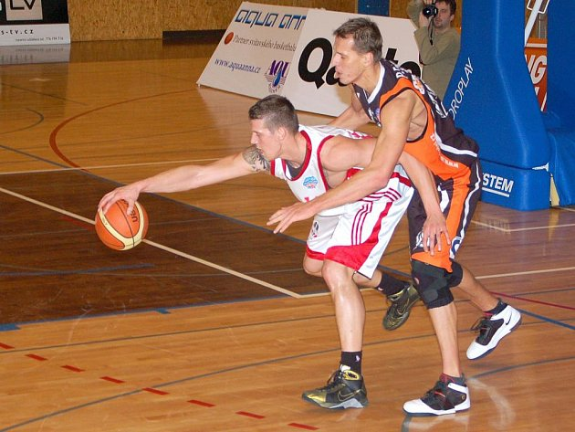 Basketbalisté Nového Jičína (v černém) v duelu proti Svitavám.