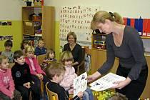 Děti ze školky si v Jungmannově základní škole v Berouně vyzkoušely, jaké je to zasednout do lavic a učit se psaní a počítání