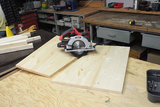 Nejprve si zjedné desky připravíme dva boky tak, že desku přeřízneme maflem na koso.