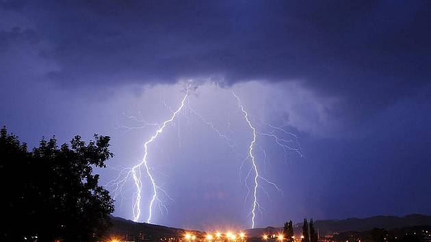 Česko zasáhly v podvečer prudké bouřky. Na mnoha místech povalily stromy, některá místa zůstaly bez proudu. Blesk u Teplé na Karlovarsku zranil mladíka, nebude mít ale vážné následky.