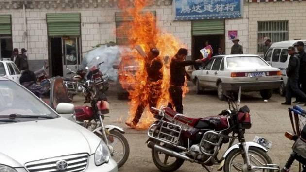 Dva Tibeťané se ve středu zapálili v západočínské provincii Čching-chaj.