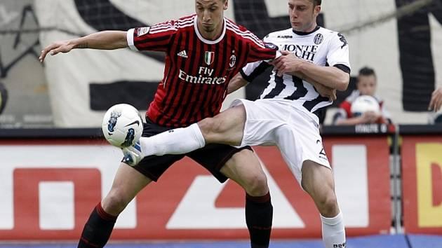 Zlatan Ibrahimovic z AC Milán (vlevo) a Roberto Vitiello ze Sieny.