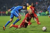 Jan Šimůnek z Bochumi (v modrém) fauluje Arjena Robbena z Bayernu Mnichov.