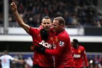 Ikona Manchesteru United Ryan Giggs (vlevo) slaví s Waynem Rooneym gól proti Queen Park Rangers.