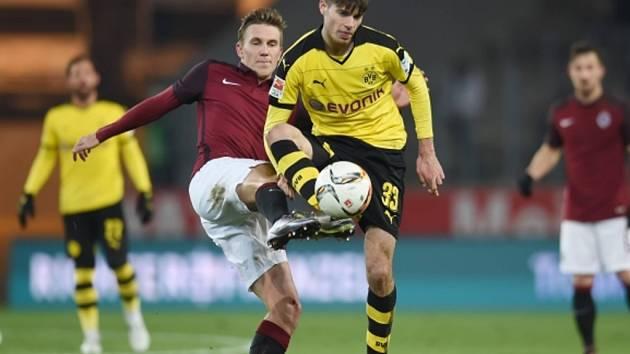 Bořek Dočkal ze Sparty (vlevo) proti Dortmundu.