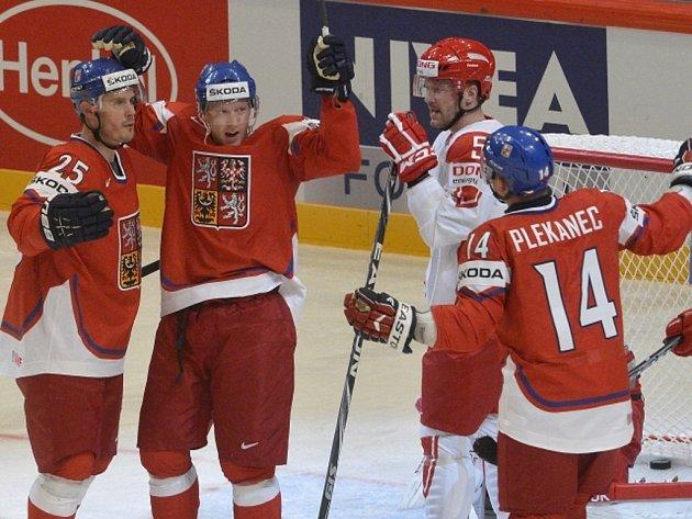 Čeští hokejisté (zleva) Lukáš Krajíček, Aleš Hemský a Tomáš Plekanec se radují z gólu proti Dánsku na mistrovství světa.