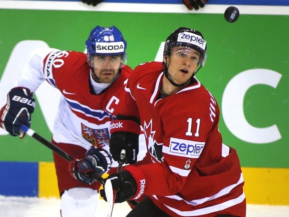 Tomáš Rolinek (vlevo) a Jonathan Huberdeau z Kanady.