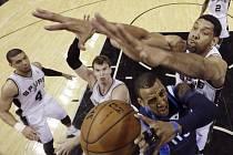 Tim Duncan ze San Antonia (vpravo) blokuje Monta Ellise z Dallasu.