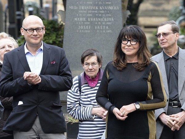 U hrobu novináře Ferdinanda Peroutky v Praze se konalo 16. dubna 2015 vzpomínkové setkání při příležitosti výročí jeho úmrtí (20. dubna 1978). Na snímku vlevo je držitel Ceny Ferdinanda Peroutky Jiří Peňás, vpravo vnučka Peroutky Terezie Kaslová.