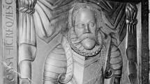 Detail náhrobku s podobou astronoma Tycho Brahe v Týnském chrámu v Praze.