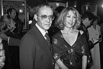 Americký scenárista a jeden z herců Miloše Formana Buck Henry a Teri Garrová 15. prosince 1977 v New Yorku. Henry zemřel 8. ledna 2020 ve věku 89 let