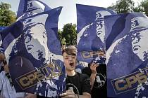 Mítink opoziční Srbské radikální strany (SRS) proti zatčení bývalého velitele bosenských Srbů Ratka Mladiče začal v neděli 29. května 2011 večer v Bělehradě za silného dohledu policie. Podle agentur přišlo na 10 tisíc lidí a také Mladičova manželka a syn.