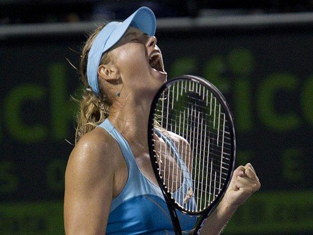 Maria Šarapovová se raduje z vítězství.