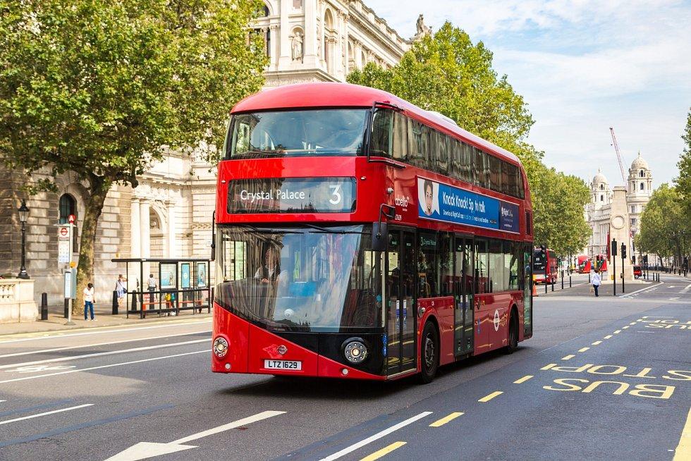 Doubledecker v londýnských ulicích. Ilustrační snímek