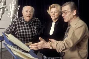 Zleva Bedřich Prokoš, režisérka Alena Adamcová a Eduard Cupák při natáčení rozhlasové stereofonní hry ve studiu Československého rozhlasu.