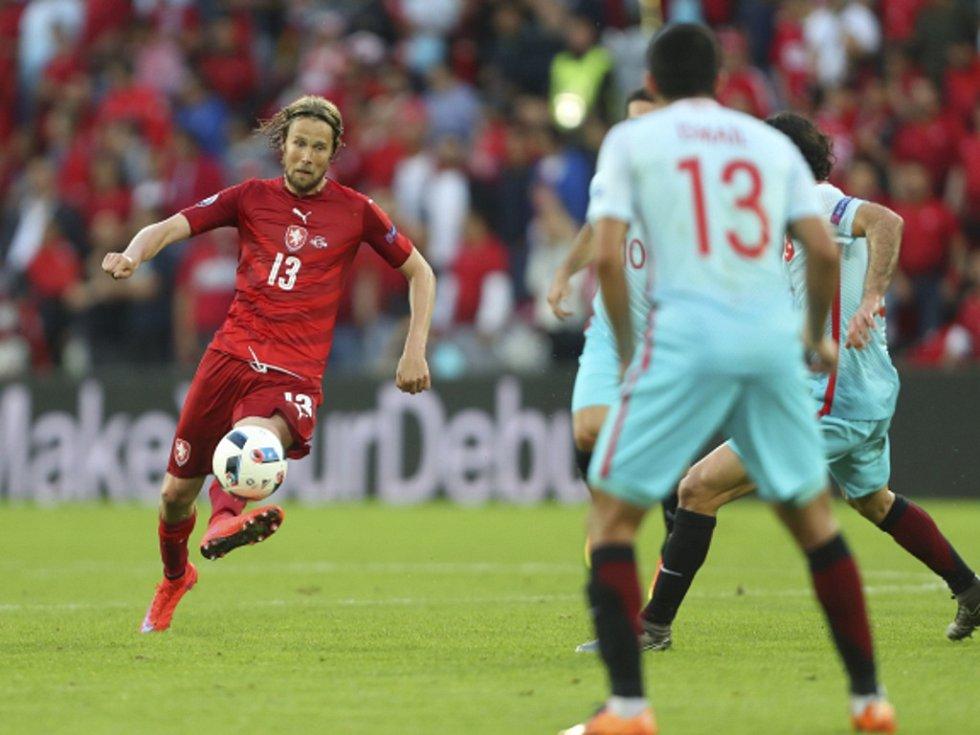 Jaroslav Plašil (vlevo) pálí proti Turecku.