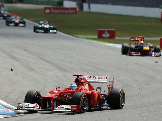 Fernando Alonso na špici závodního pole ve Velké ceně Německa.
