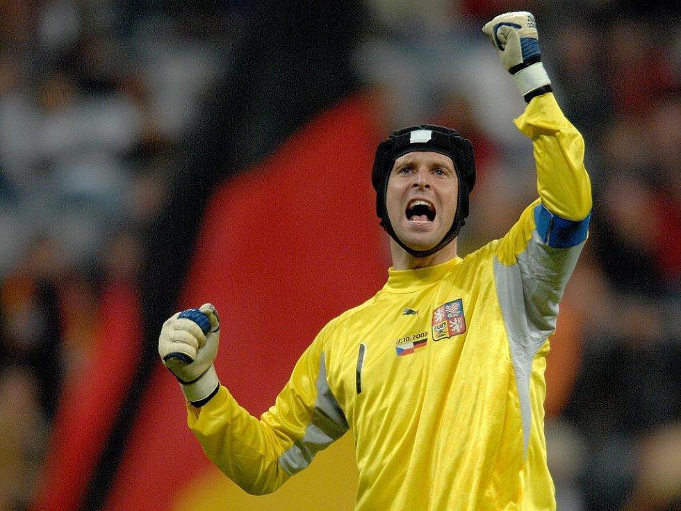 Petr Čech se raduje z postupu na evropský šampionát.