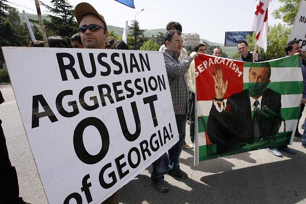 """Proti """"ruské agresi"""" protestovalo před ruským velvyslanectvím v Tbilisi několik desítek Gruzínců."""
